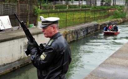 Автоматическая винтовка G3 в руках сотр удника полиции