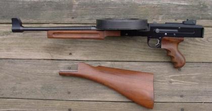 Пистолет-пулемет  AM180 с отстегнутым прикладом