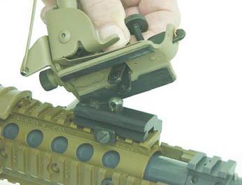 Сошки крепятся к винтовке M110 посредством монтажной планки на цевье
