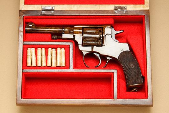 Деревянный револьвера Наган 1895 в деревянном футляре