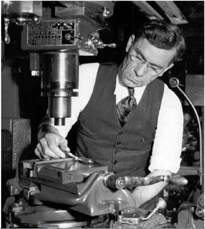 Оружейник Джон Гаранд в своей мастерской за работой