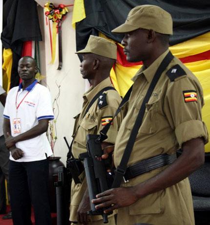 В руках угандийского полицейского китайский пистолет-пулемет Chang Feng