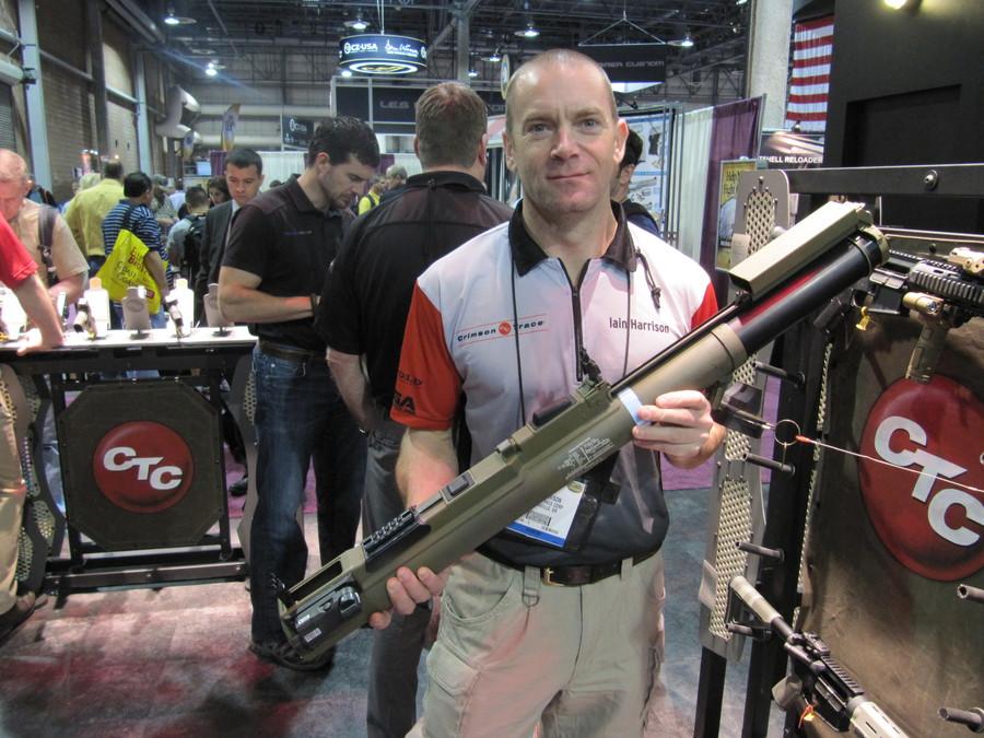 Представитель компании Crimson Trace на выставке Shot Show в Лас-Вегасе демонстрирует гранатомет M72 LAW с лазерным целеуказателем