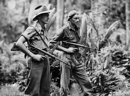 Австралийские солдаты вооруженные пистолетом-пулеметом Owen
