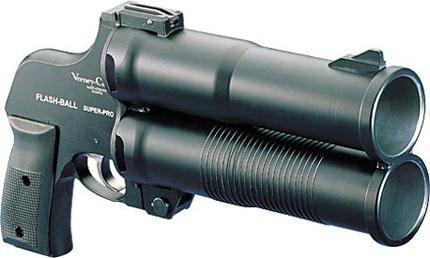 2-х ствольный пистолет Flash Ball изготовленный с применением полимеров и стали