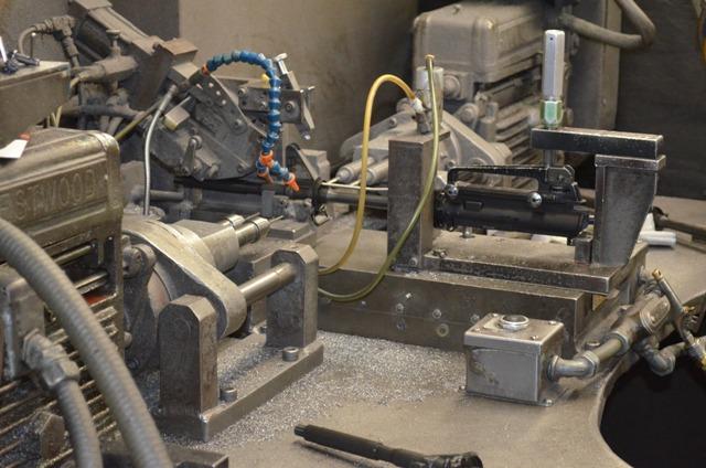 Установка передней части прицела. Карабин в сборе с прицелом подвергается сверлению