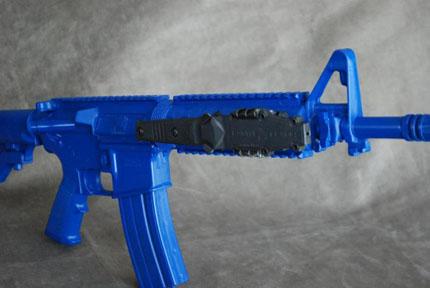 Крепления для ножа у штурмовой винтовке на платформе AR