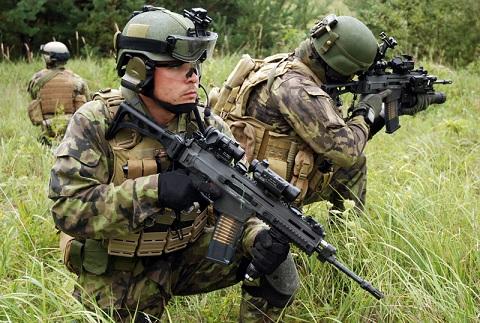 Боец спецназа Чехии вооруженный штурмовой винтовкой CZ 805 BREN