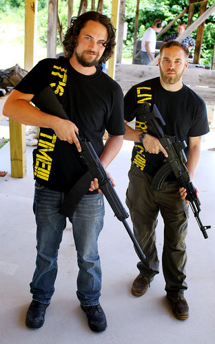 Оуэн Мартин (слева), владелец Shake Hound Machine, оружейной мастерской в Манчестере, Нью-Хемшир, специализирующейся на Калашниковых