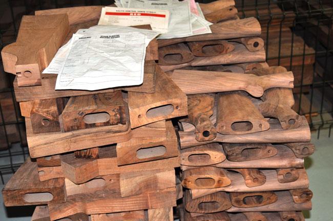 Заготовки деревянных прикладов уложенные в штабеля