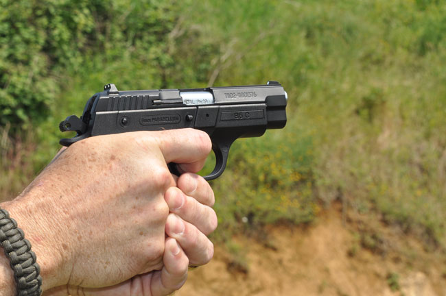 Пистолет производства Sarsilmaz в руках стрелка