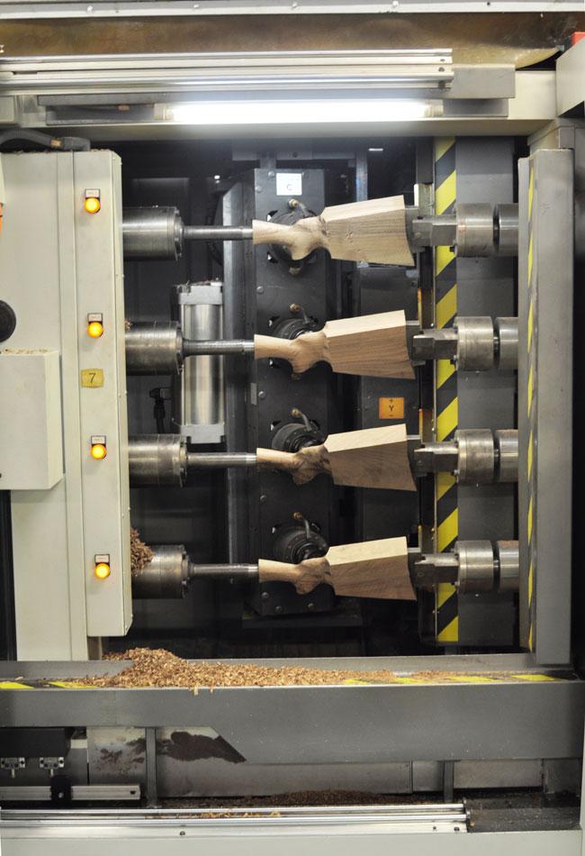 Заготовки деревянного приклада обрабатываются по несколько штук сразу на станке ЧПУ