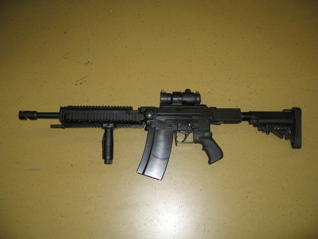 Современная версия швейцарской штурмовой винтовки SIG SG510/Stgw57 с коротким стволом. Вид слева