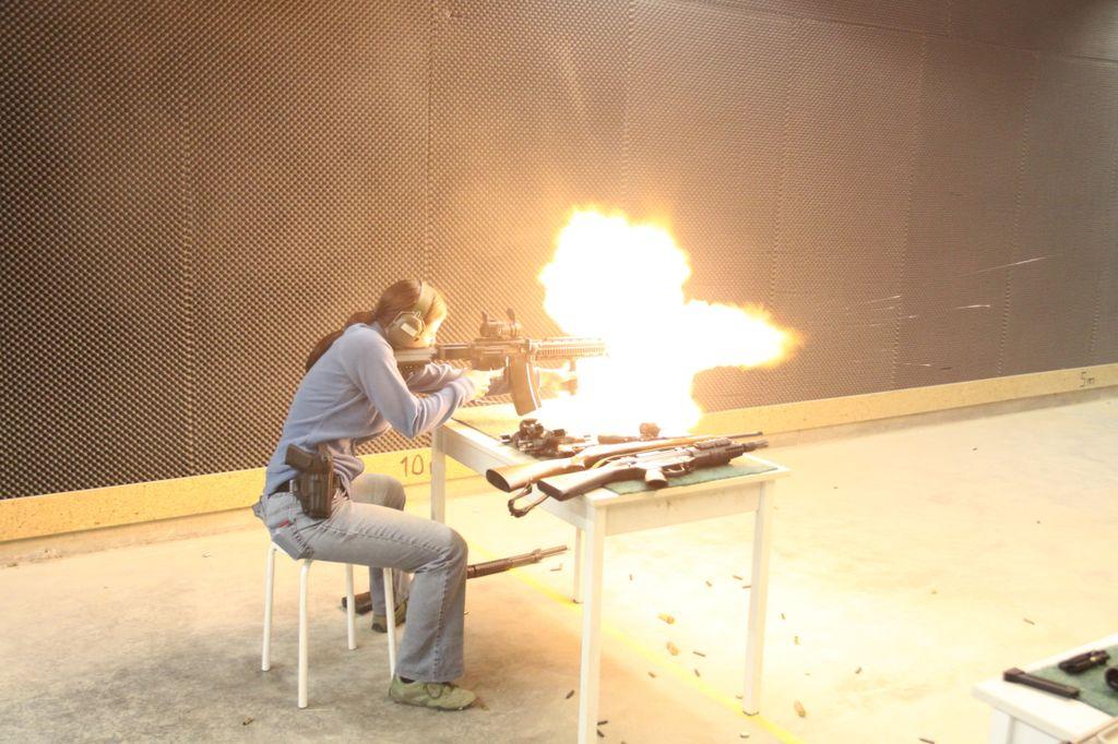 Пламя хлещет из дула винтовки SIG SG510/Stgw57