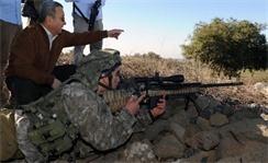 Министр обороны Эхуд Барак рядом со снайпером который вооружен винтовкой Barak