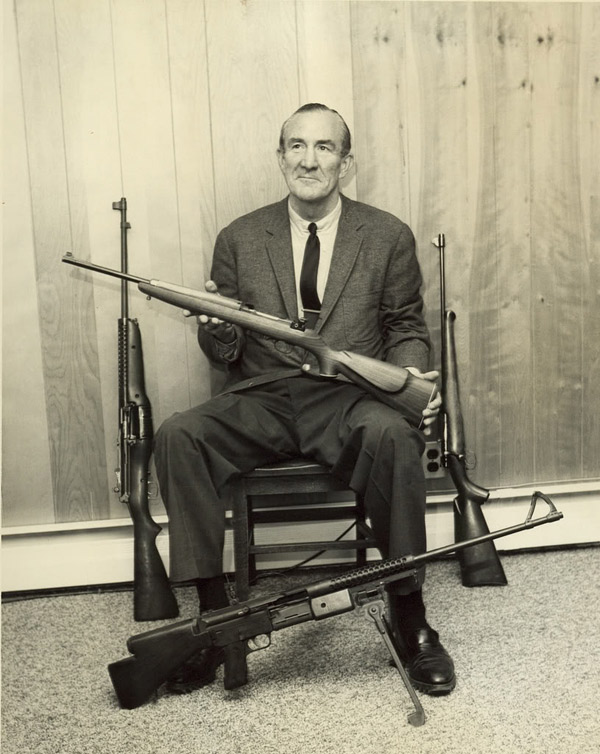 Мелвин Джонсон и образцы его винтовок