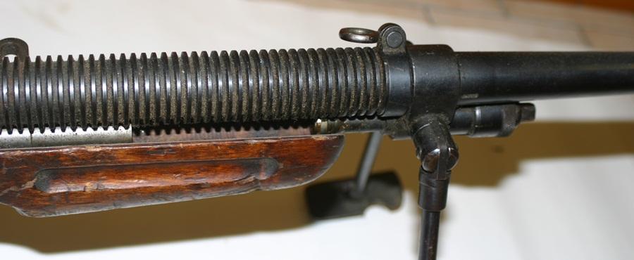 Ручной пулемёт Mendoza. Рифленый кожух ствола и крепление сошек