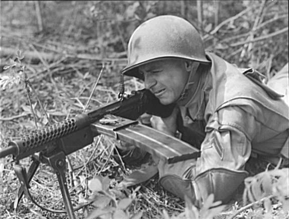 Американский морской пехотинец с ручным пулеметом Джонсона