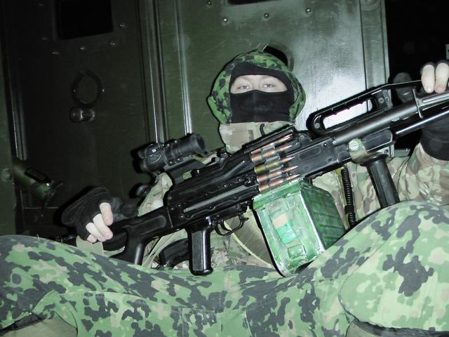 Пулемет печенег с оптическим прицелом и передней рукояткой для удержания