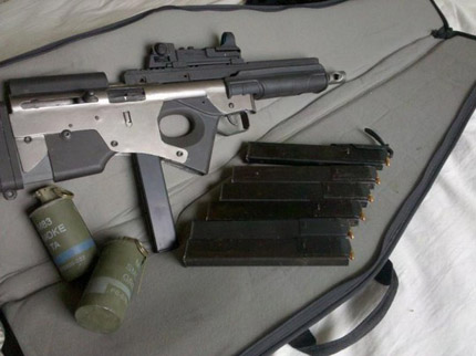 Ложе, цевье и приклад этого оружия выполнено из стали и пластика и используют детали от винтовки H&K SL8