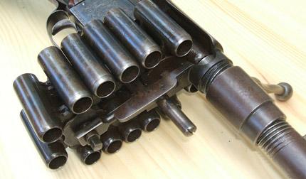 Вид спереди на цепной магазин и зарядные каморы ружья Treeby