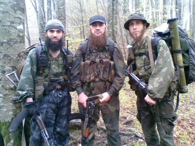 У боевика посередине вероятно автомат еще с чеченской войны