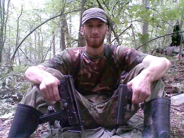 На этом снимке боевик вооружен пистолетом-пулеметом Кедр и пистолетом Глок