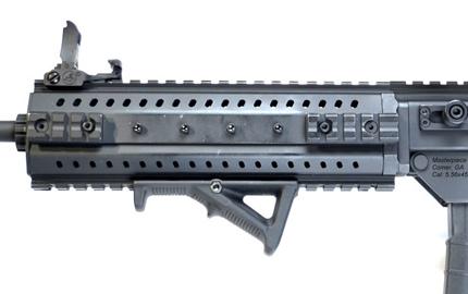 Рукоятка заряжания у винтовки MPAR 556 расположена сбоку