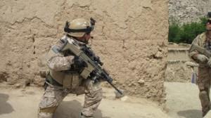 Американский спецназовец в Афганистане со штурмовой винтовкой SCAR-H