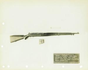 """Самозарядная винтовка фирмы Colt образца 1929 года под патрон .276 Pedersen. Общий вид справа. Фотография """"восстановлена"""" из двух фотографий, поэтому наблюдается некоторое различие в цветах."""