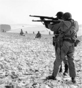 Солдаты 101-ой воздушно-десантной дивизии армии США с винтовками M1 Garand. Бельгия, Бастонь, 1944 год.
