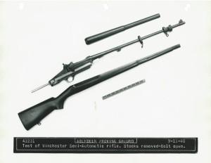 Самозарядная винтовка фирмы Winchester образца 1940 года. Ствольная коробка со стволом, ложа и ствольная накладка. Затвор открыт.