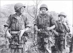 Французские парашютисты вооруженные MAT-49 в Индокитае