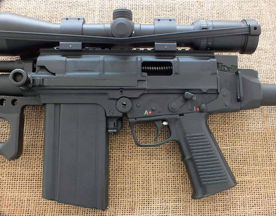 При более близком рассмотрении видно, что использована ствольная коробка от винтовки IMBEL IA2 (Бразильский вариант FAL)