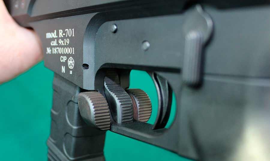 Кнопка выпуска магазина и предохранитель пистолета-карабина Р-701