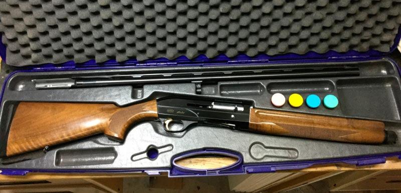 Полуавтоматическое ружье Breda Astro в разобранном состоянии в контейнере