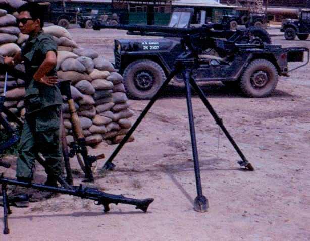 Захваченные у вьетнамцев пулеметы МГ-34 и ДШК