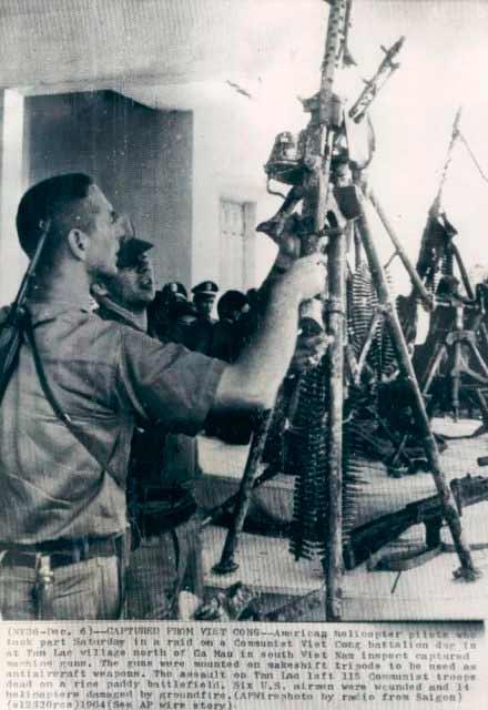 Американские империалисты рассматривают захваченный у вьетнамских патриотов пулемет МГ-34