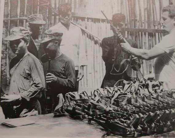 Раздача МП-40 то ли вьетнамским партизанам, то ли вьетнамским полицаям