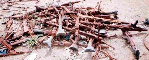Захваченное у вьетнамских патриотов оружие, хорошо видны пулеметы МГ-34