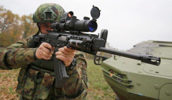 сербский солдат с винтовкой M17 в снайперской конфигурации