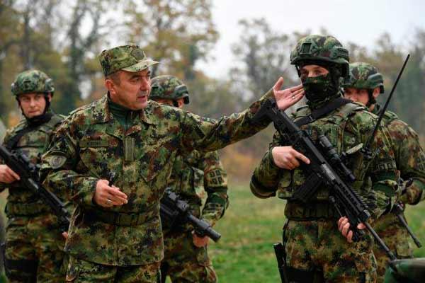 Сербские военнослужащие с о штурмовой винтовкой М17